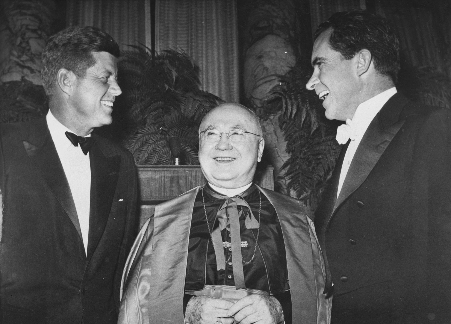 Francis Spellman, arzobispo deNueva York, escoltado en 1960 por los entonces candidatos a la presidencia John F Kennedy yRichard Nixon (Keystone/Getty Images)