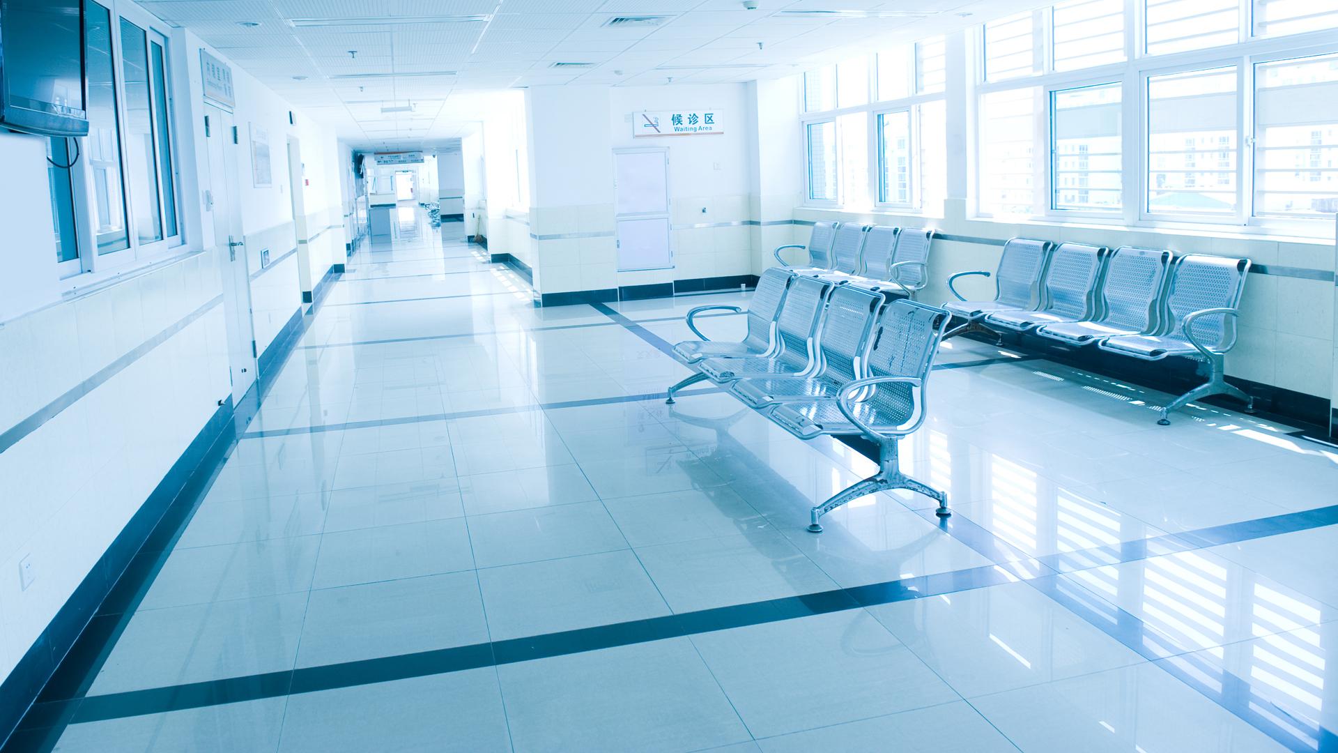 La prueba que le realizó, fue la de esquivar filas de sillas del pasillo del hospital