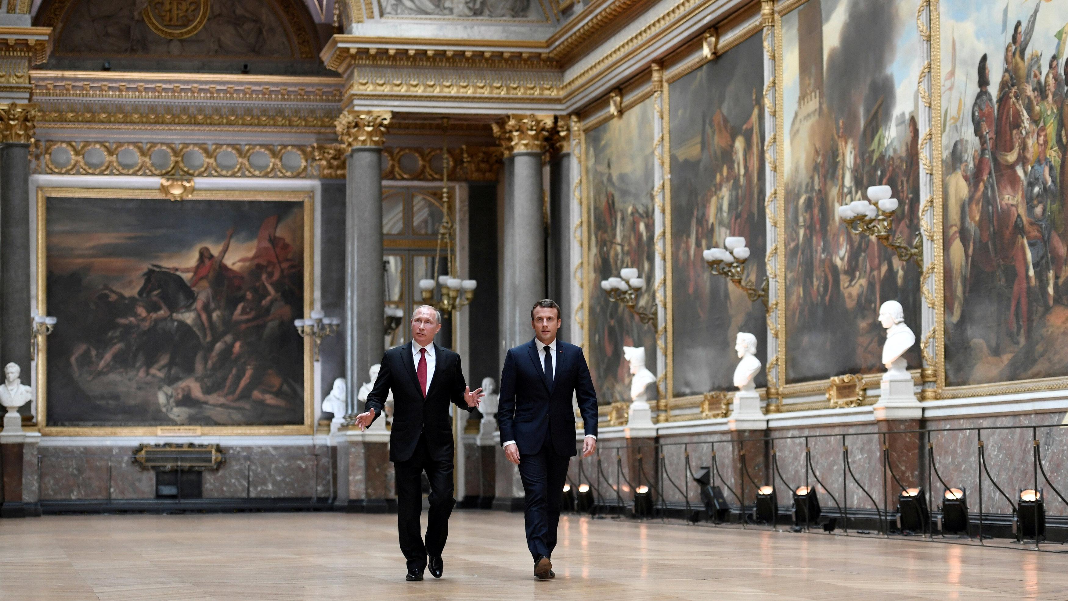 Putin y Macron caminan por la Galería de las Batallas, que conmemora las victorias militares de Francia, en el palacio de Versalles (Reuters)