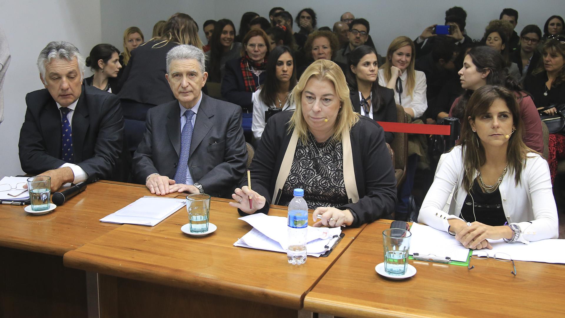 La fiscal Zyszeskind (centro) en el juicio a Fernando Farré (foto: NA)