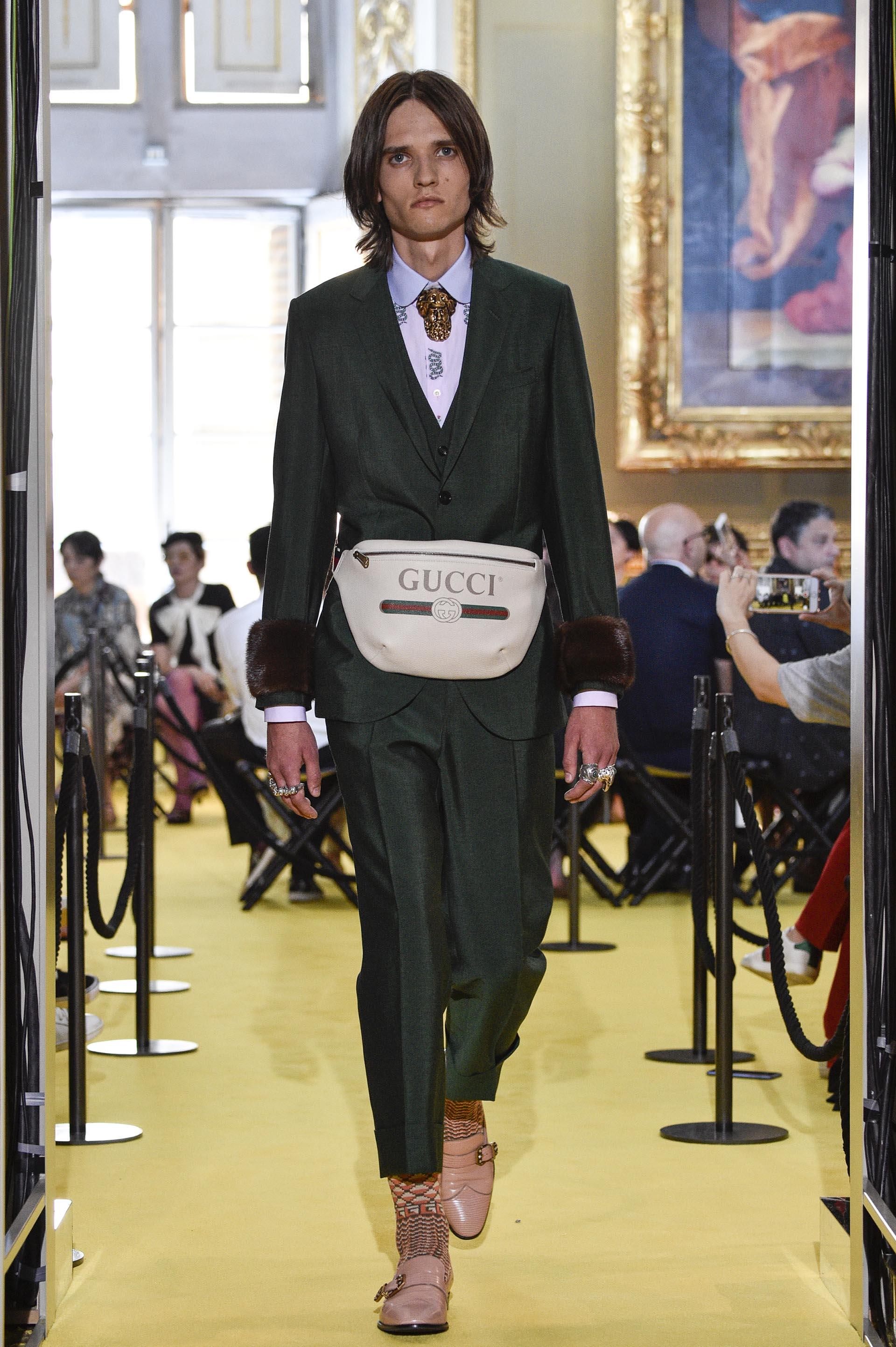 Resultado de imagen para riñonera estilo Gucci, de su colección crucero 2018)