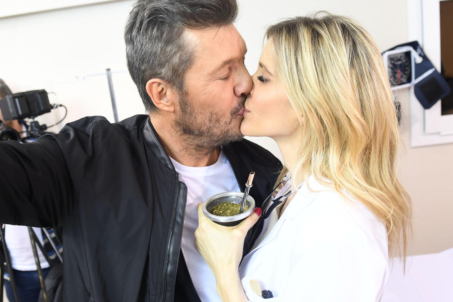El beso de Marcelo Tinelli y Guillermina Valdes