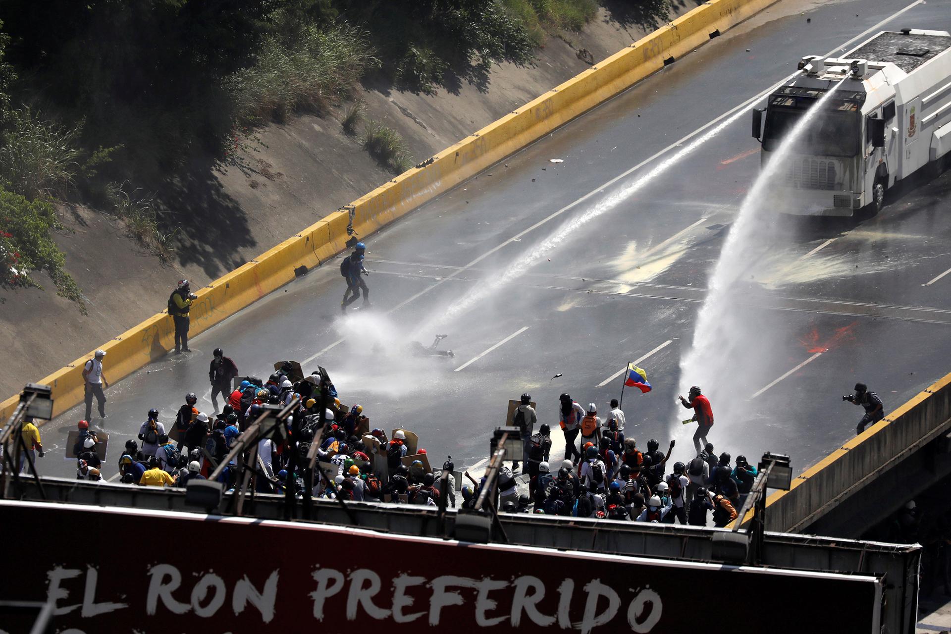 Represión durante una manifestación en Caracas (Reuters)