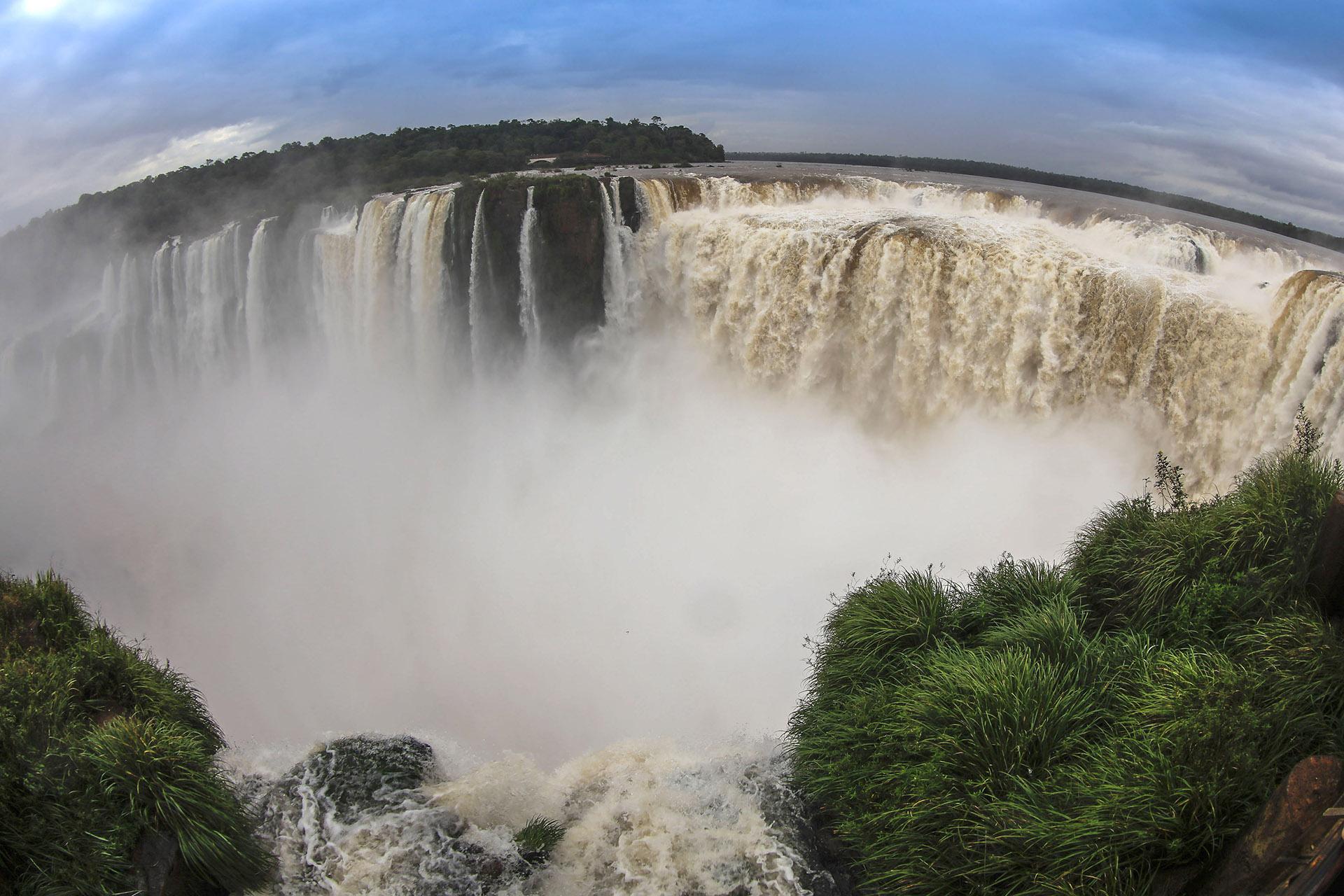 El escenario, imponente: 275 saltos de agua de hasta 80 metros de altura, senderos que se sumergen en la selva, vegetación y animales únicos fueron el telón de fondo. El Parque Nacional Iguazú fue declarado Patrimonio Natural Mundial por la Unesco y, según datos del Ministerio de Turismo, el año pasado superó el millón de visitantes