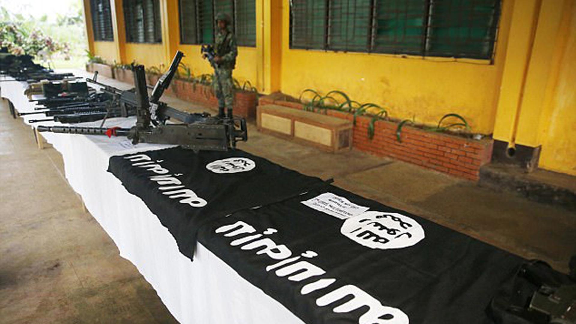 Banderas y armas de los combatientes de ISIS (AP)