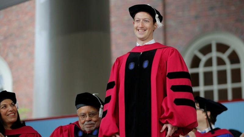 Mark Zuckerberg recibió el títulohonorario en Leyes de la Universidad de Harvard.