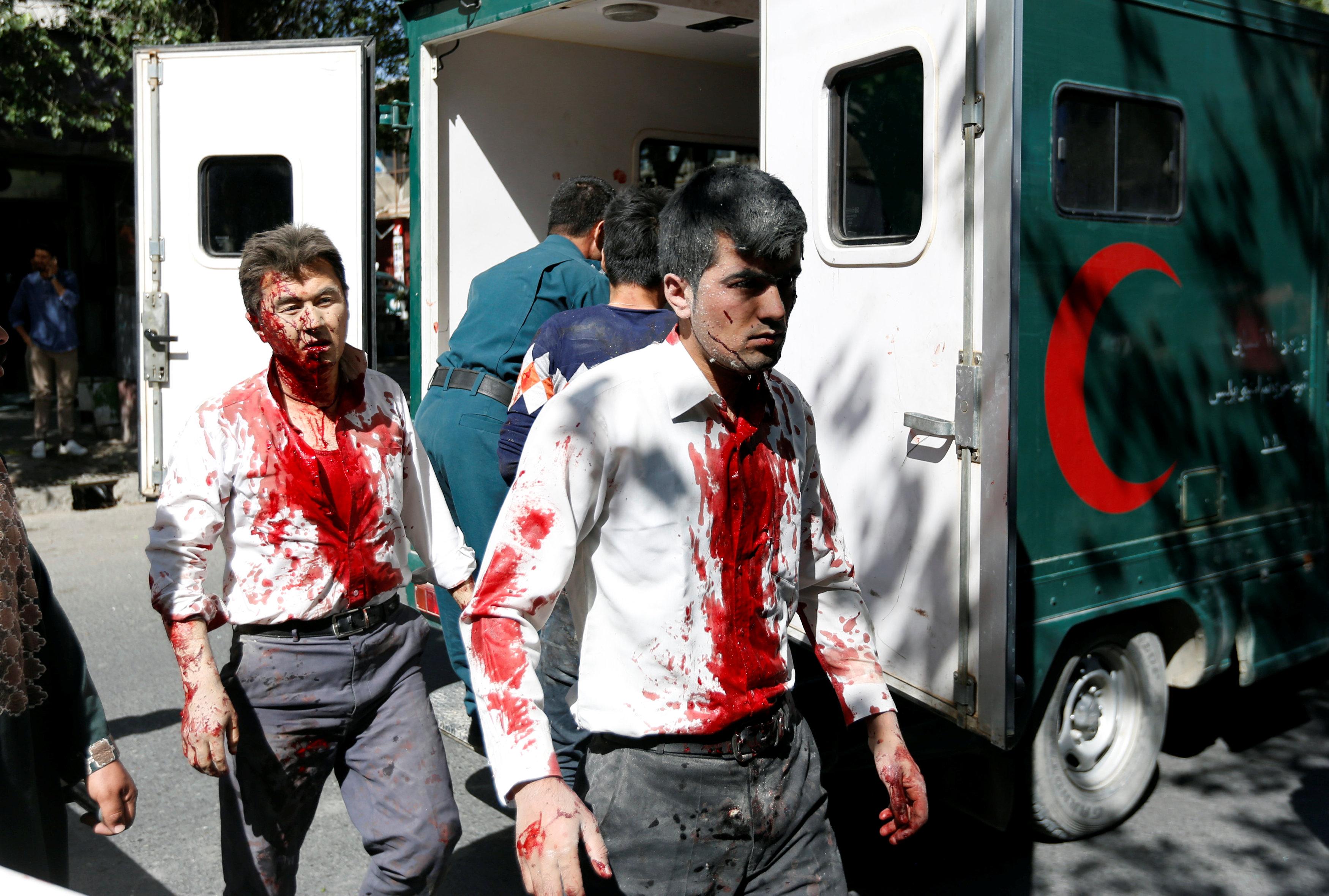 Hombres llegando al hospital tras el atentado (Reuters)