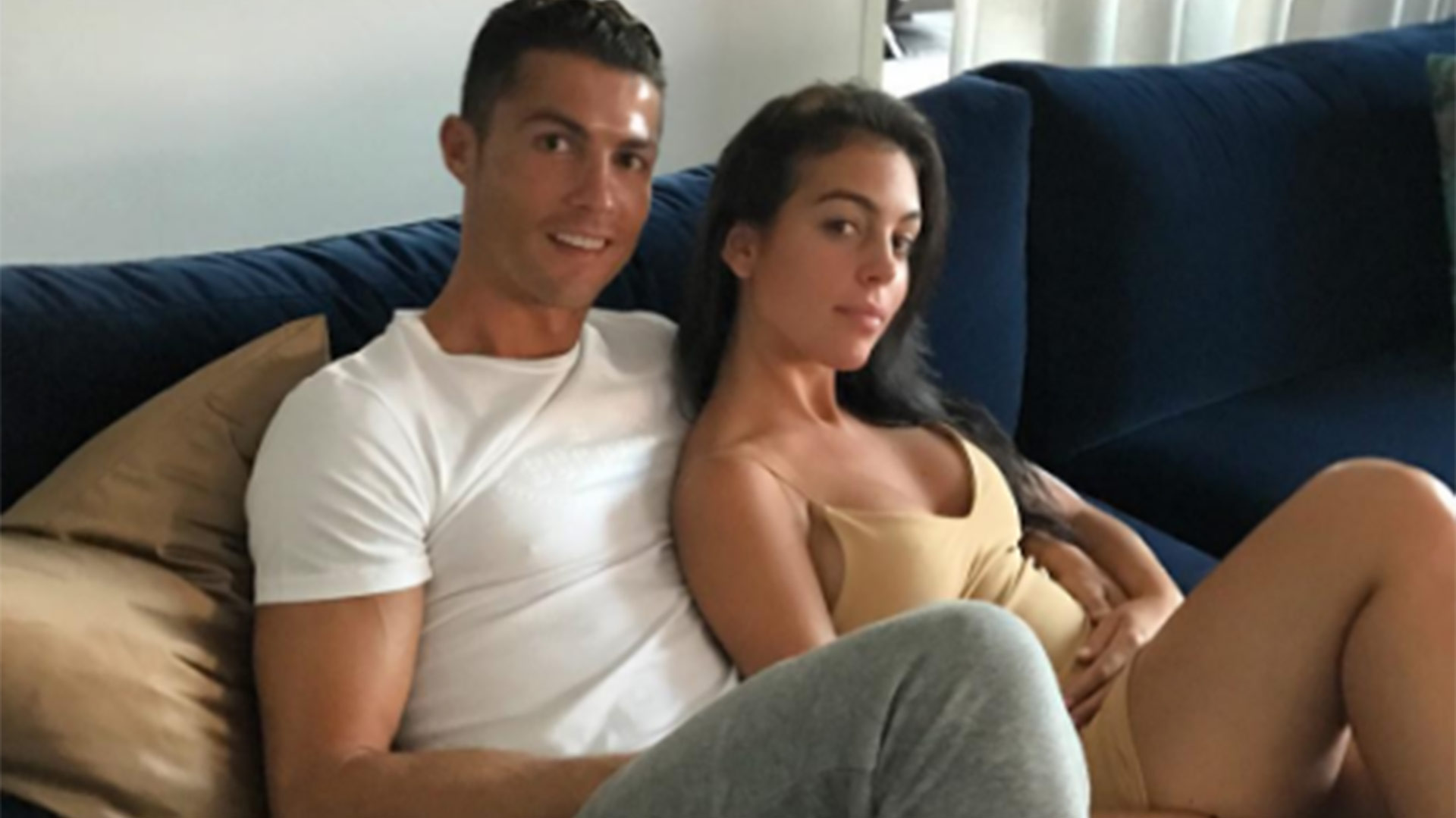 El futbolista portugués Cristiano Ronaldo junto a su novia, la modelo española Georgina Rodríguez