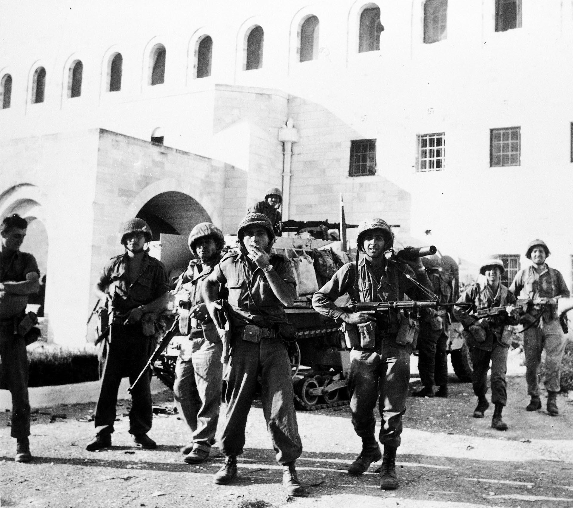 6 de junio de 1967. Tropas israelíes en la casa de Gobierno de la ciudad vieja de Jerusalén luego de tomar la parte de la ciudad que estaba en manos jordanas tras una dura batalla.