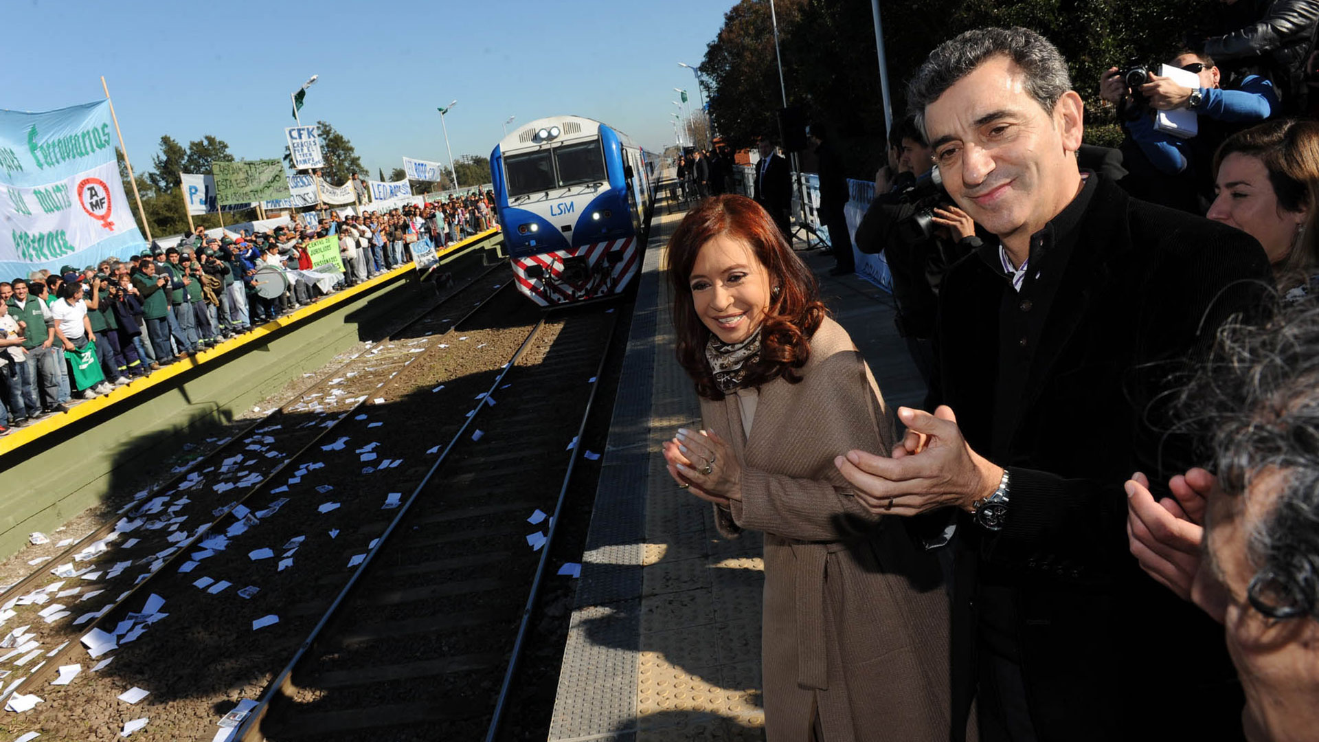 Cristina y Randazzo dividen al peronismo de la provincia de Buenos Aires (NA)