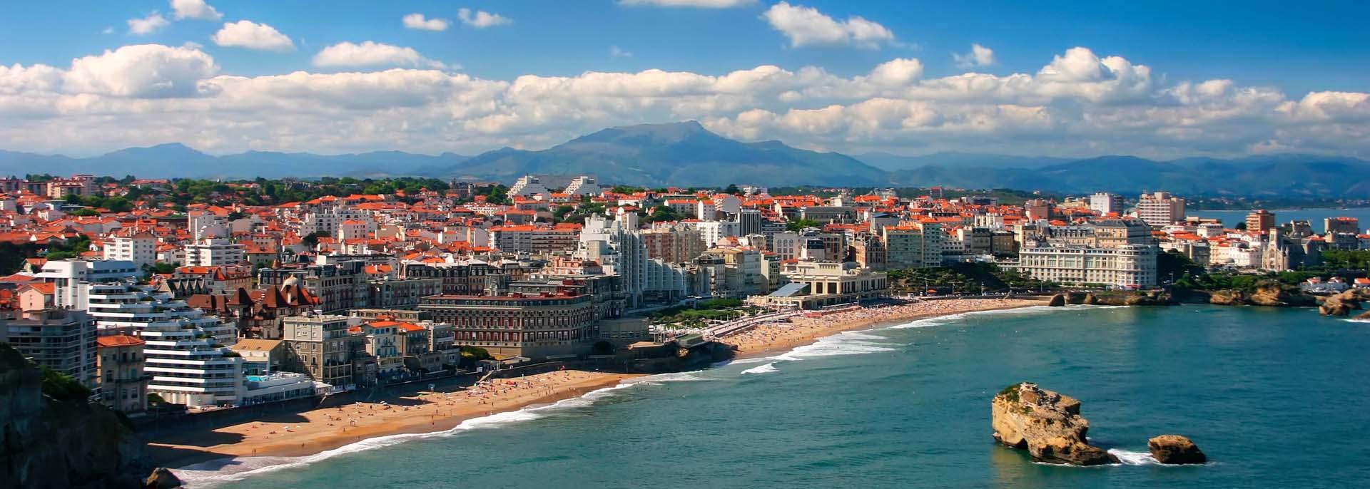 Los paisajes de la ciudad son construcciones antiguas con clasicos tejas anaranjadas clasicas de las ciudades europeas