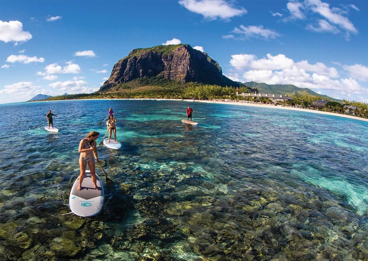 Además del buceo, el stand up surf es uno de los más practicados por los turistas por la tranquilidad del mar