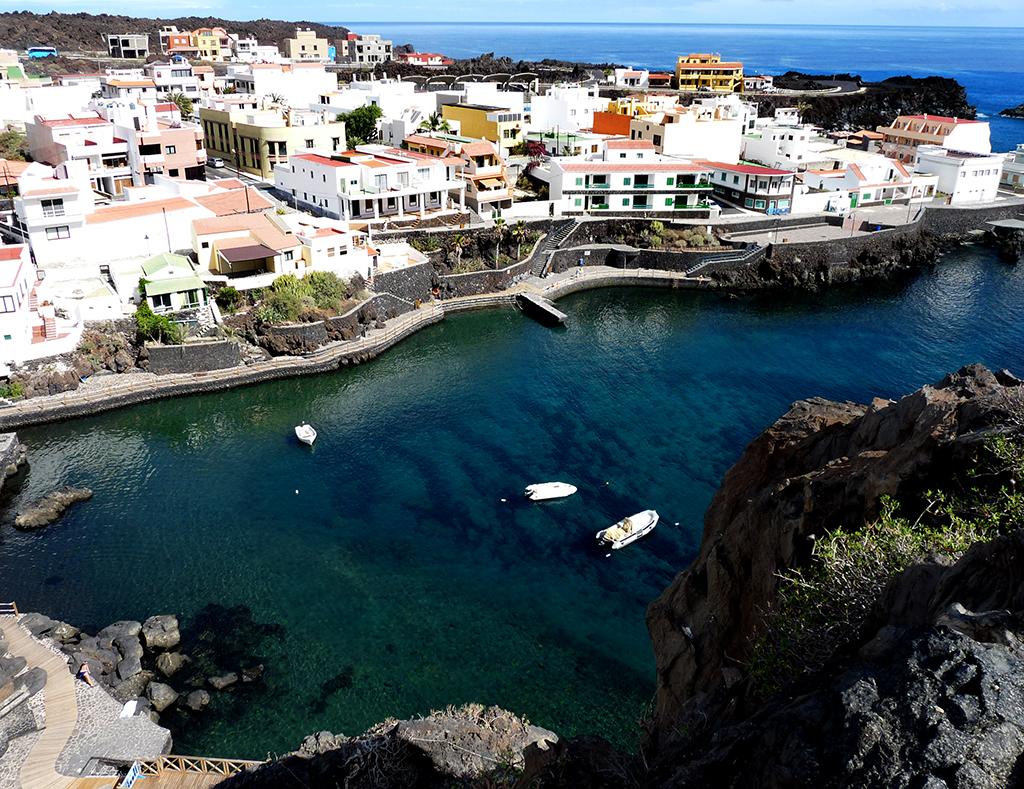 Vista aérea de 'el charco azul' donde se encuentra la pequeña gruta. Bajas construcciones debido a su prohibición