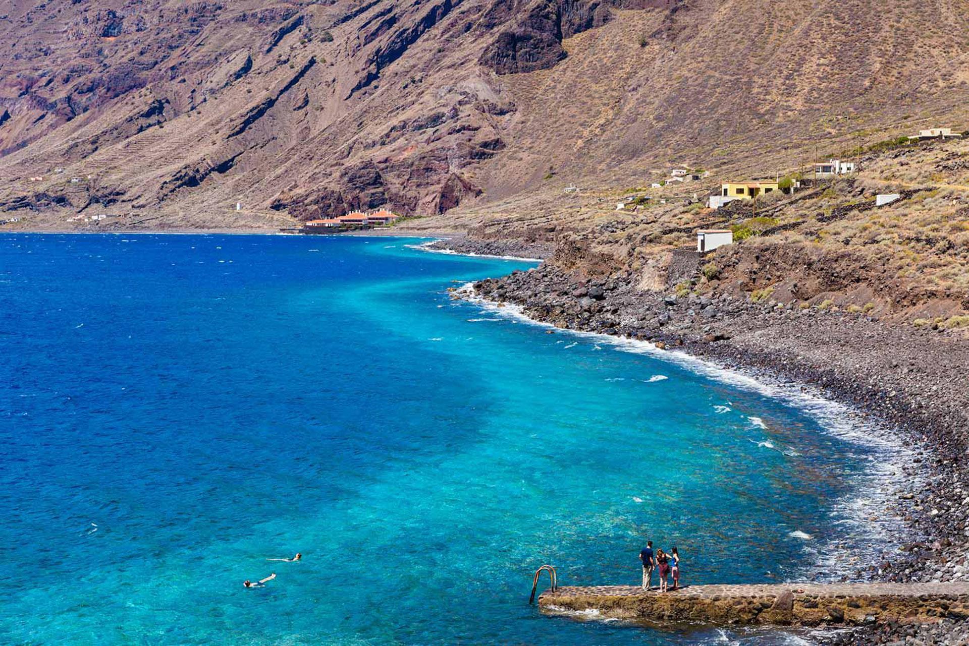 Uno de los pocos destinos que sus playas tienen piedras y no arenas, pero si predominan sus aguas de tres colores.