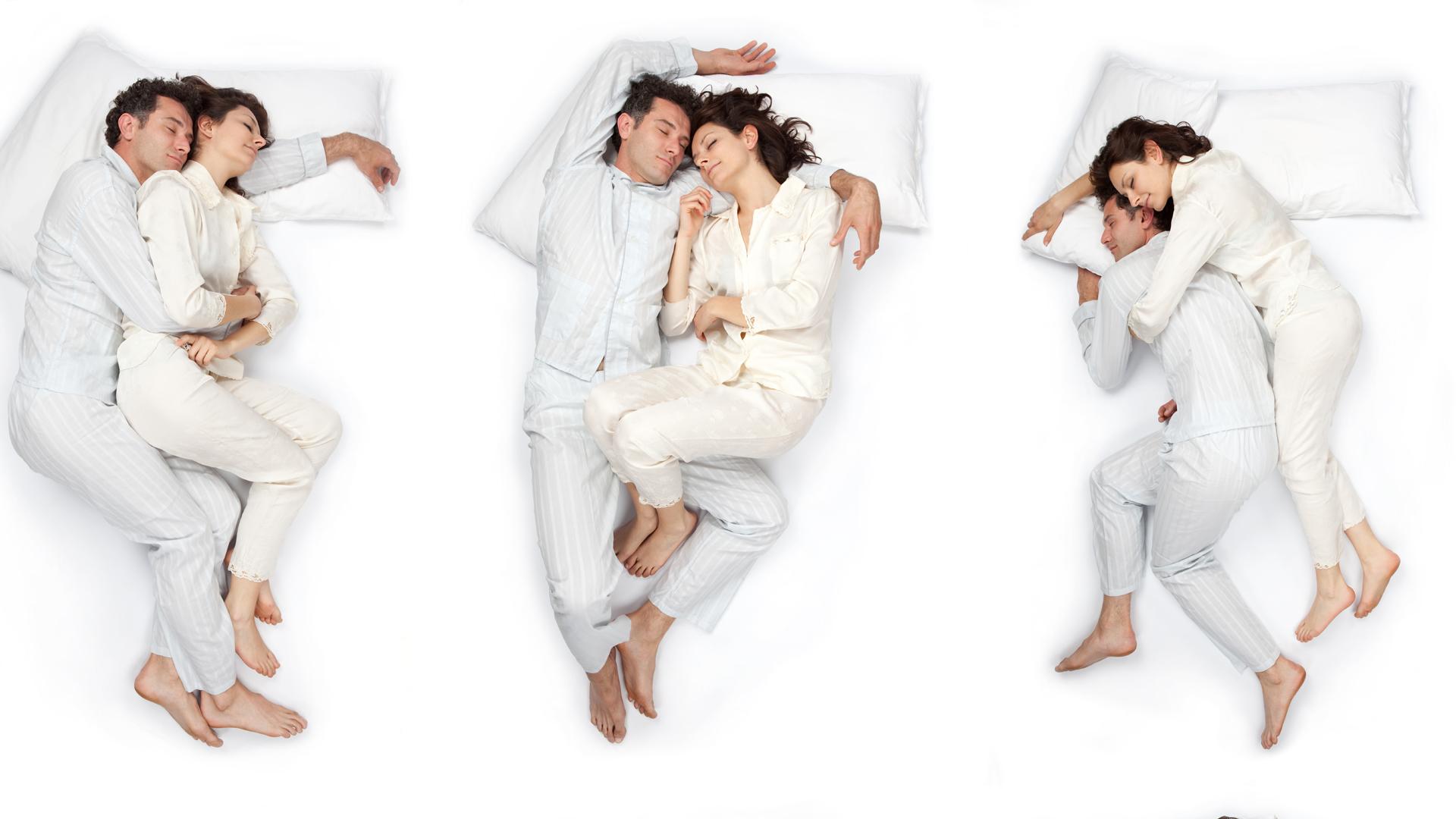 La posición en la que duerme una pareja revela mucho de la relación (iStock)
