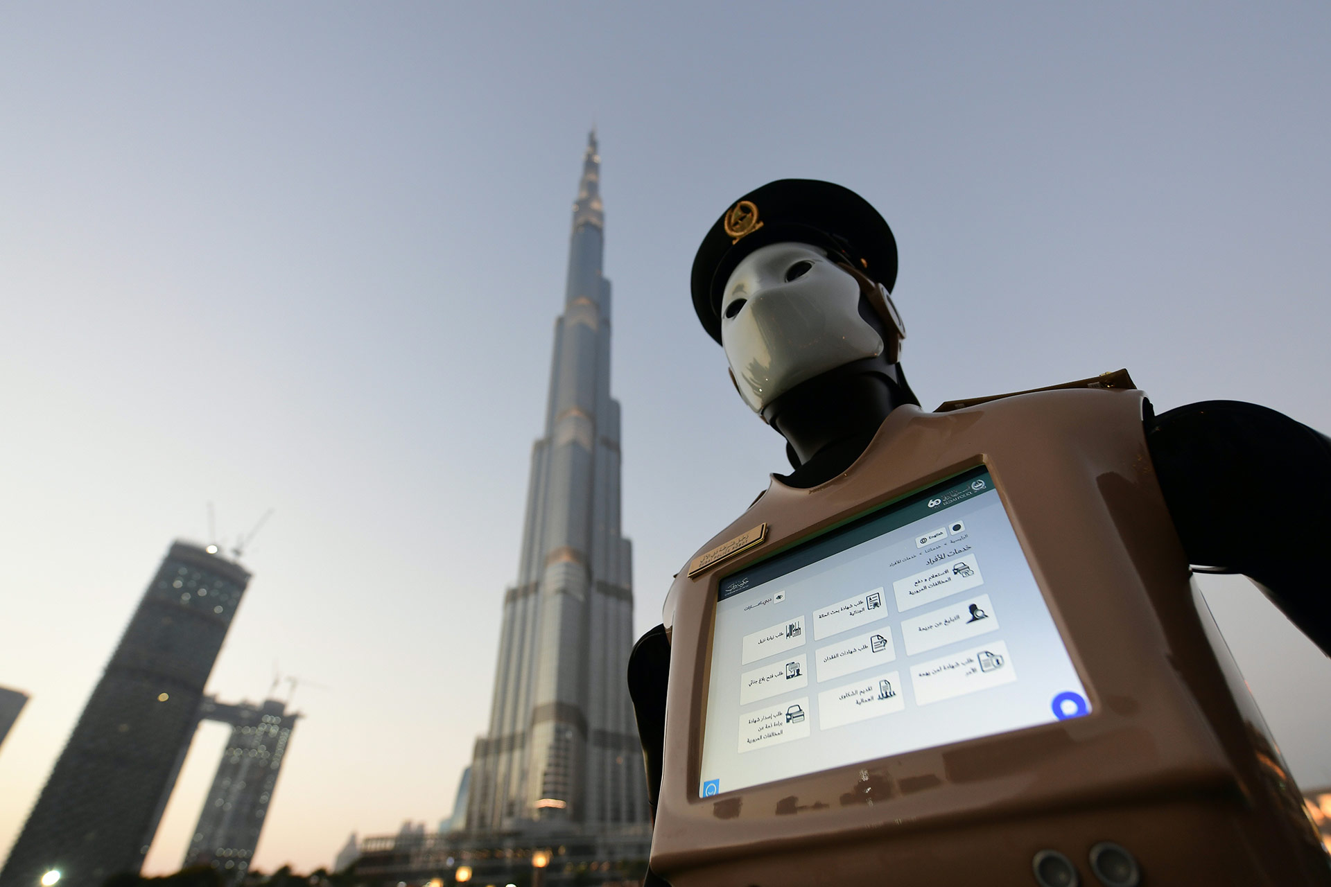 Vestido como un policía, este robot está equipado con un ordenador en el pecho que sirve para informar a la policía sobre posibles crímenes o para transmitir datos de infracciones de tráfico