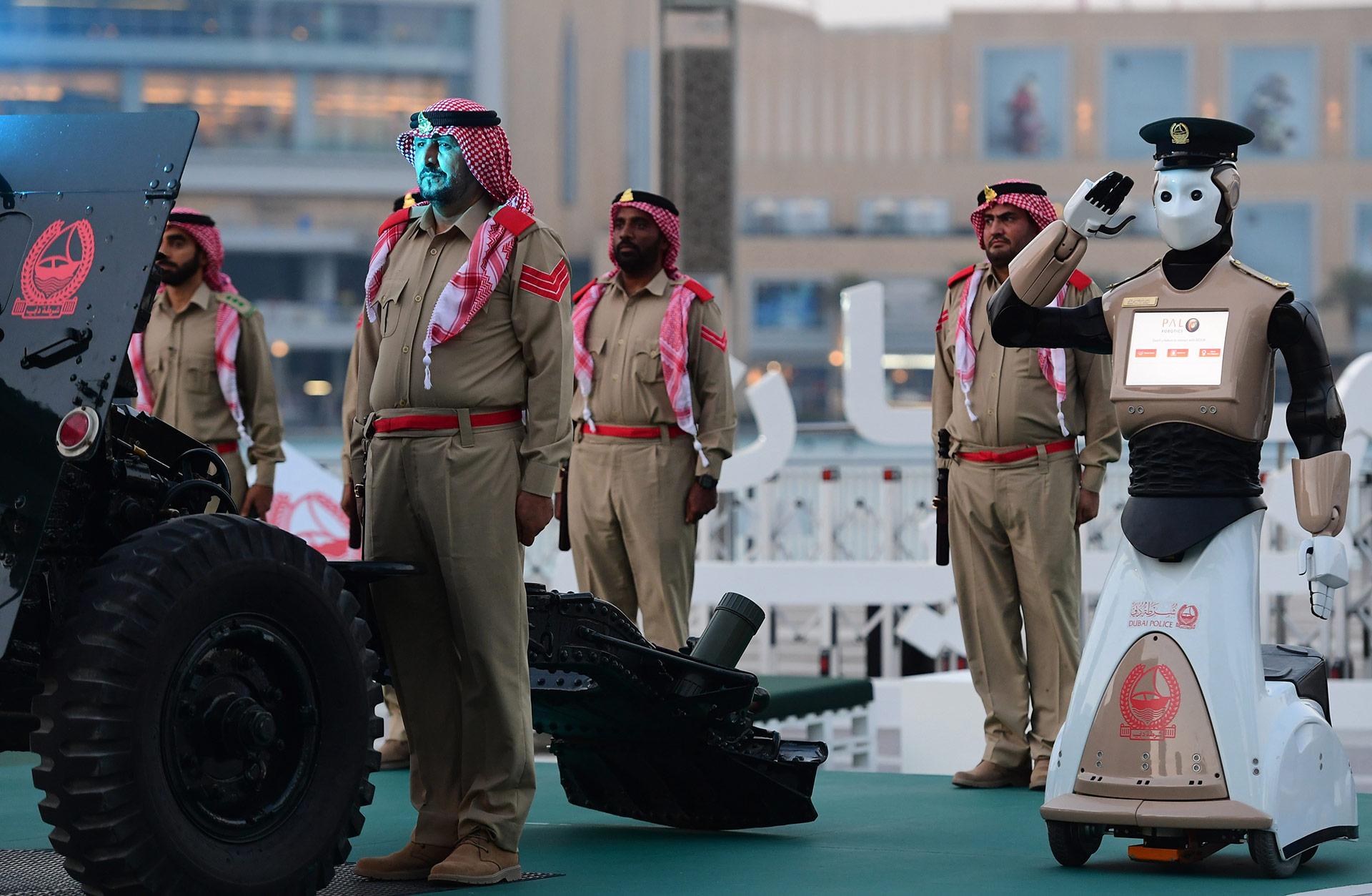 """""""Nuestro objetivo es que los robots constituyan el 25% de nuestros efectivos antes de 2030"""", declaró el general de brigada Jaled al Razzuqi, un oficial de la Policía de Dubai"""