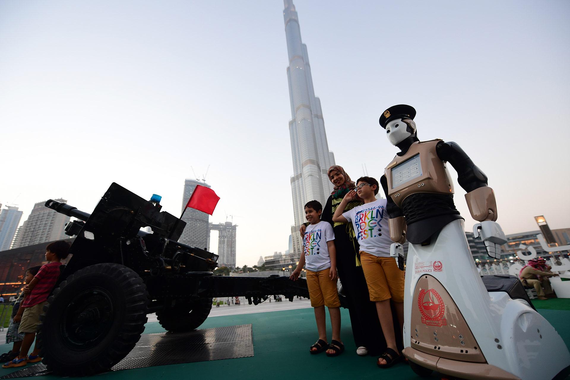 Turistas, residentes extranjeros y locales posaroncon este extraño humanoide, que circula sobre dos ruedas