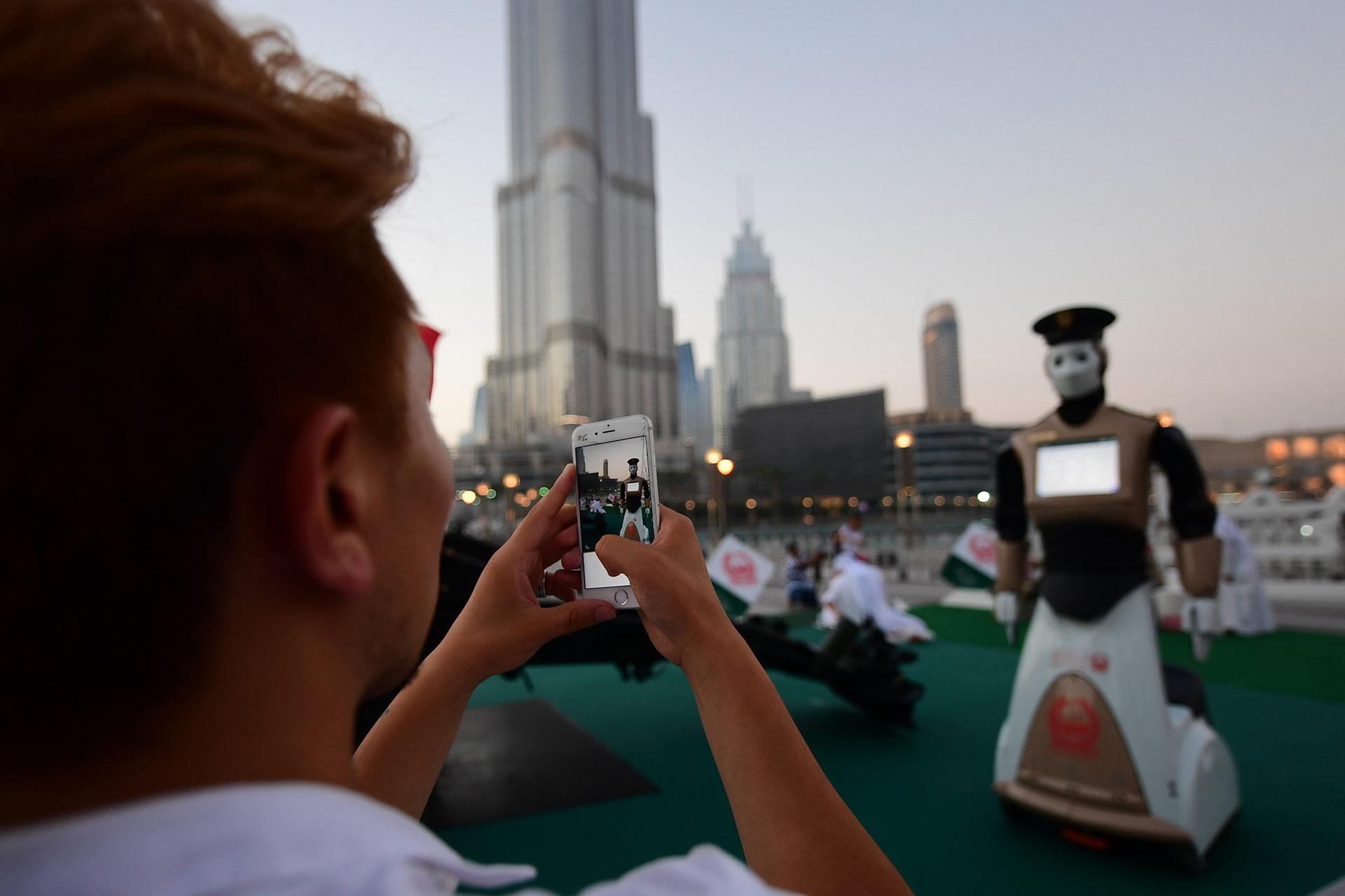 El robot también lleva una cámara que transmite imágenes en directo a la sala de operaciones de la Policía