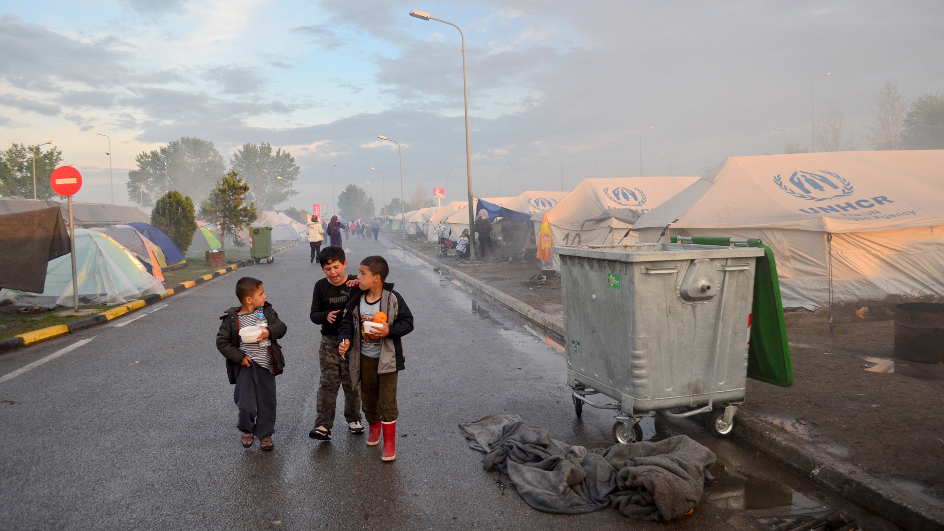 Idomeni, en la frontera entre Grecia y Macedonia, hospedaba hacinados en almacénes, tiendas o fábricas abandonadas a miles de migrantes(Araz Hadjian)