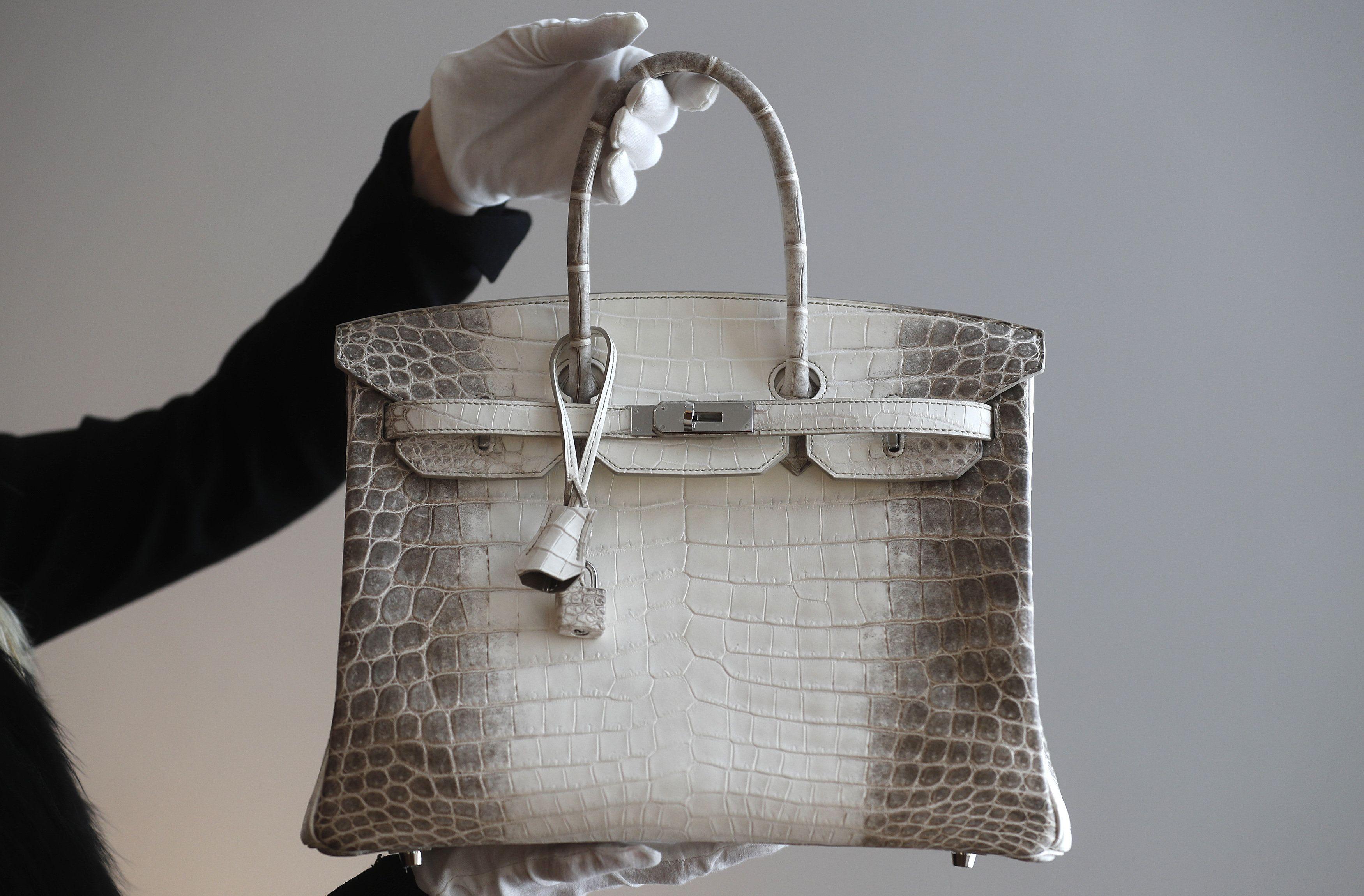 Se estima que solo se producen entre uno y dos bolsos de este tipo cada año,por lo que las listas de espera para adquirirlos demoran hasta 6 años