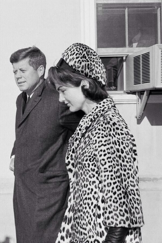 Junto a su esposo John Kennedy, luciendo el tapado y la boina