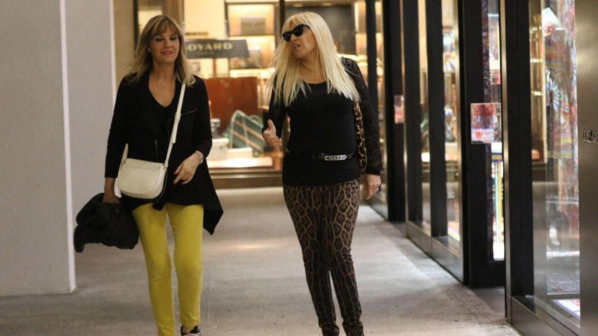 Junto a Teté Coustarot, un look relajado total black, calzas y cartera ambas de Dolce & Gabbana estampado de leopardo