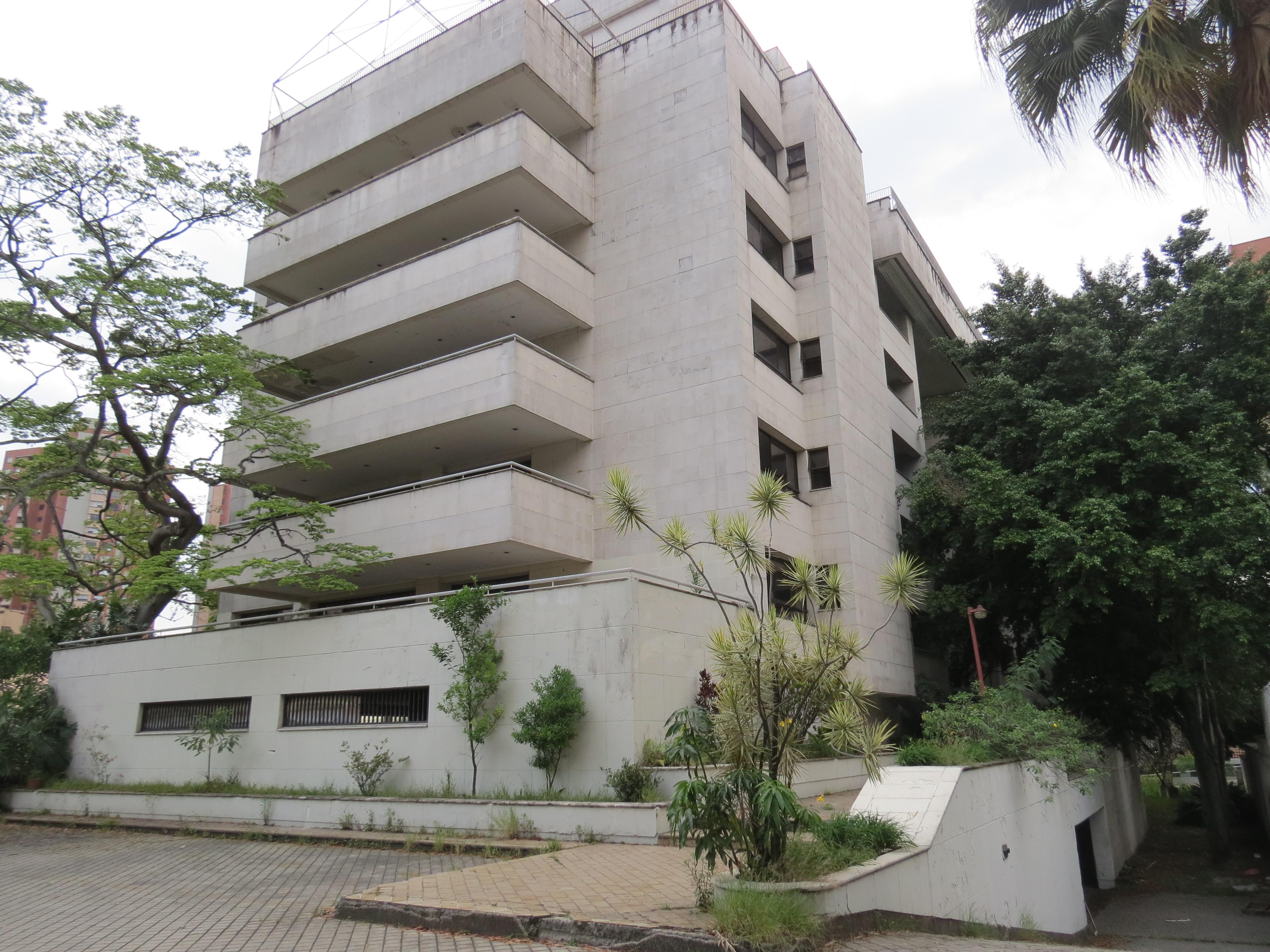 El edificio Mónaco, propiedad y residencia de la familia Escobar, fue el primer objetivo que eligió el Cartel de Cali para intentar matar al capo narco de Medellín. Comenzaba la guerra entre los mafiosos. Hoy el edificio está abandonado