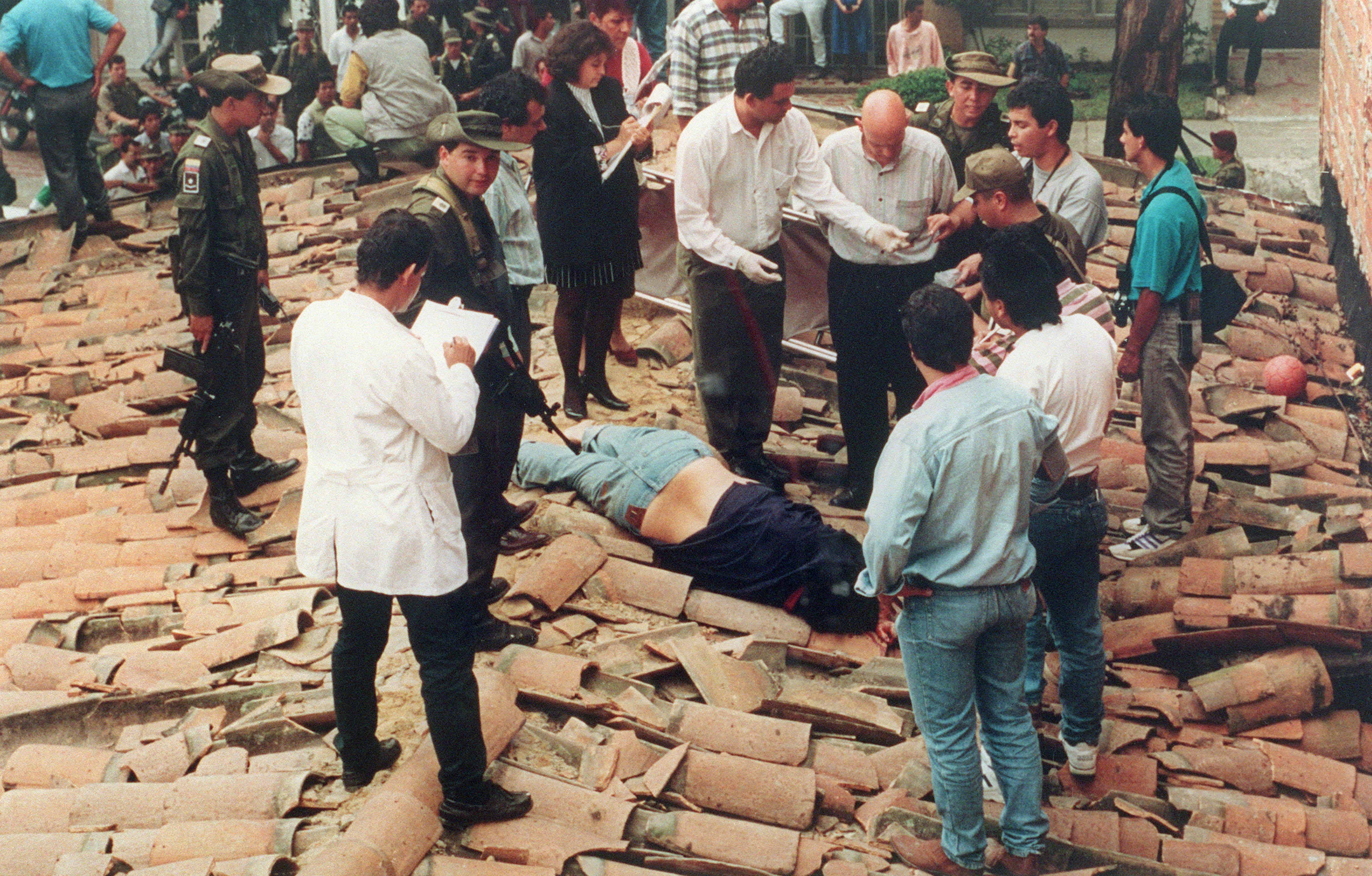 El cuerpo sin vida de Pablo Emilio Escobar Gaviria sobre el tejado donde fue ultimado el 2 de diciembre de 1993