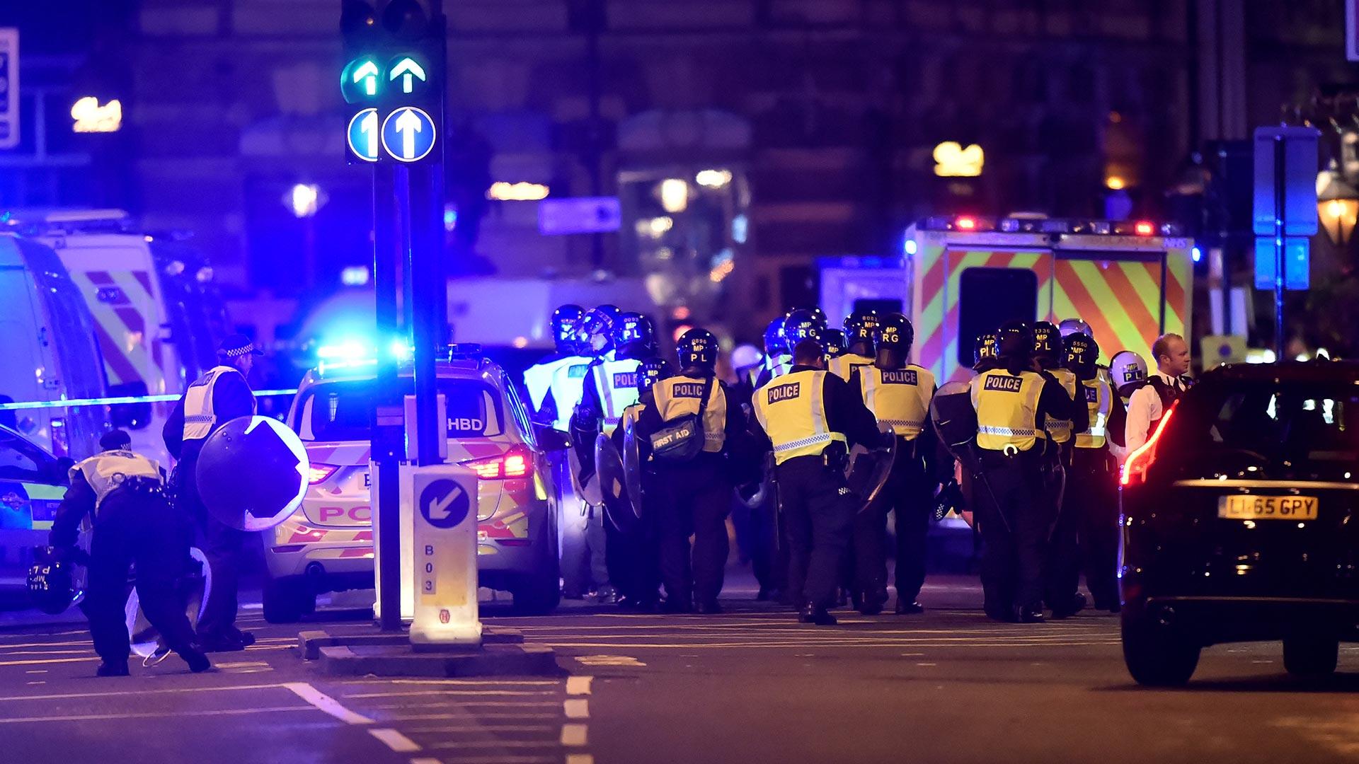 El London Bridge fue cerrado después de que una camioneta blanca atropellara a varios peatones (Reuters)