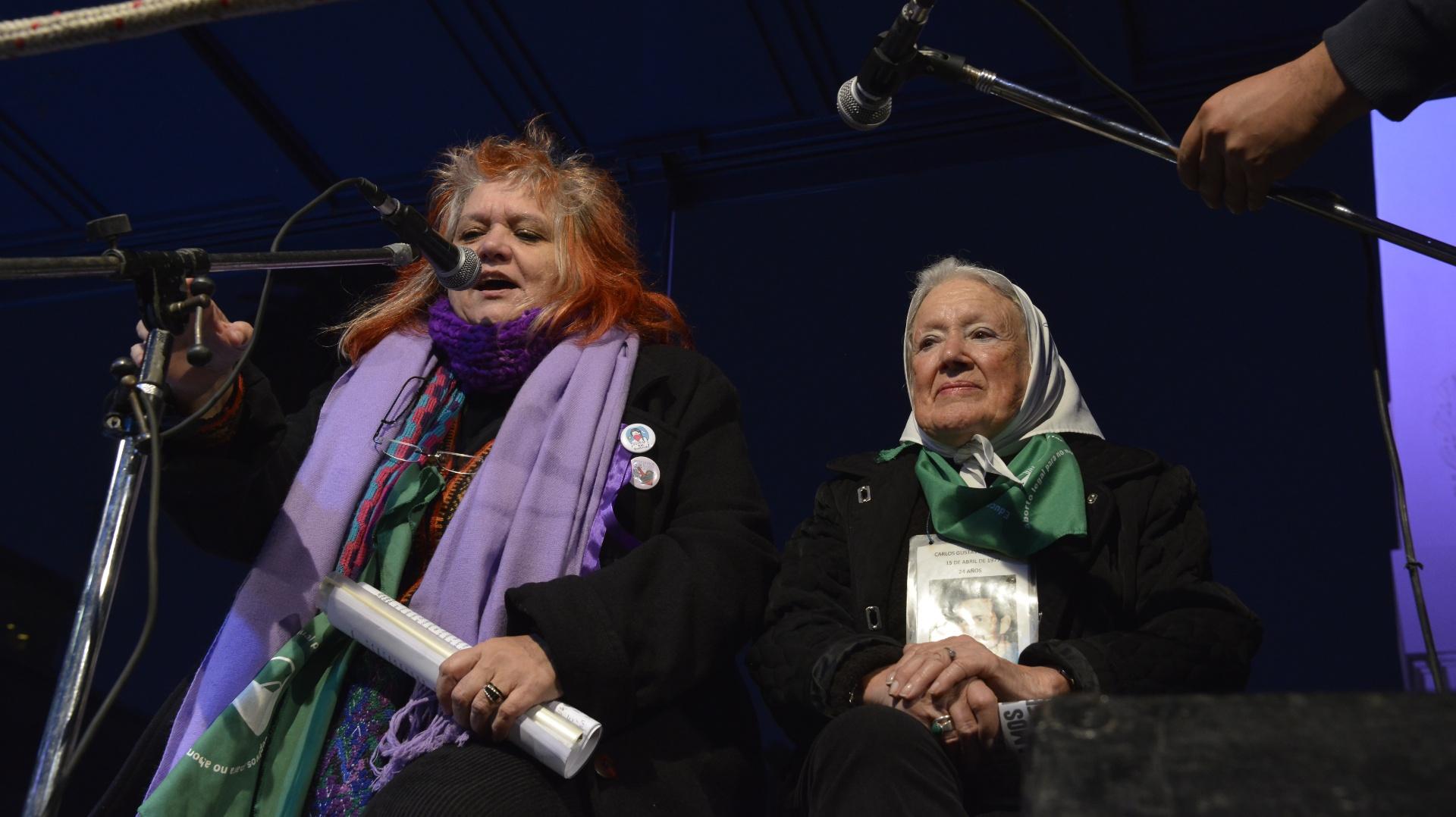 Liliana Daunes leyendo el documento en la marcha #NiUnaMenos, flanqueada por Nora Cortiñas, de Madres de Plaza de Mayo, línea fundadora