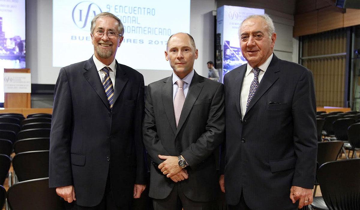 Guillermo Teijeiro y Horacio Della Rocca, del Comité IFA 2017, junto a Andrés Edelstein, subsecretario de Ingresos Públicos del Ministerio de Hacienda.