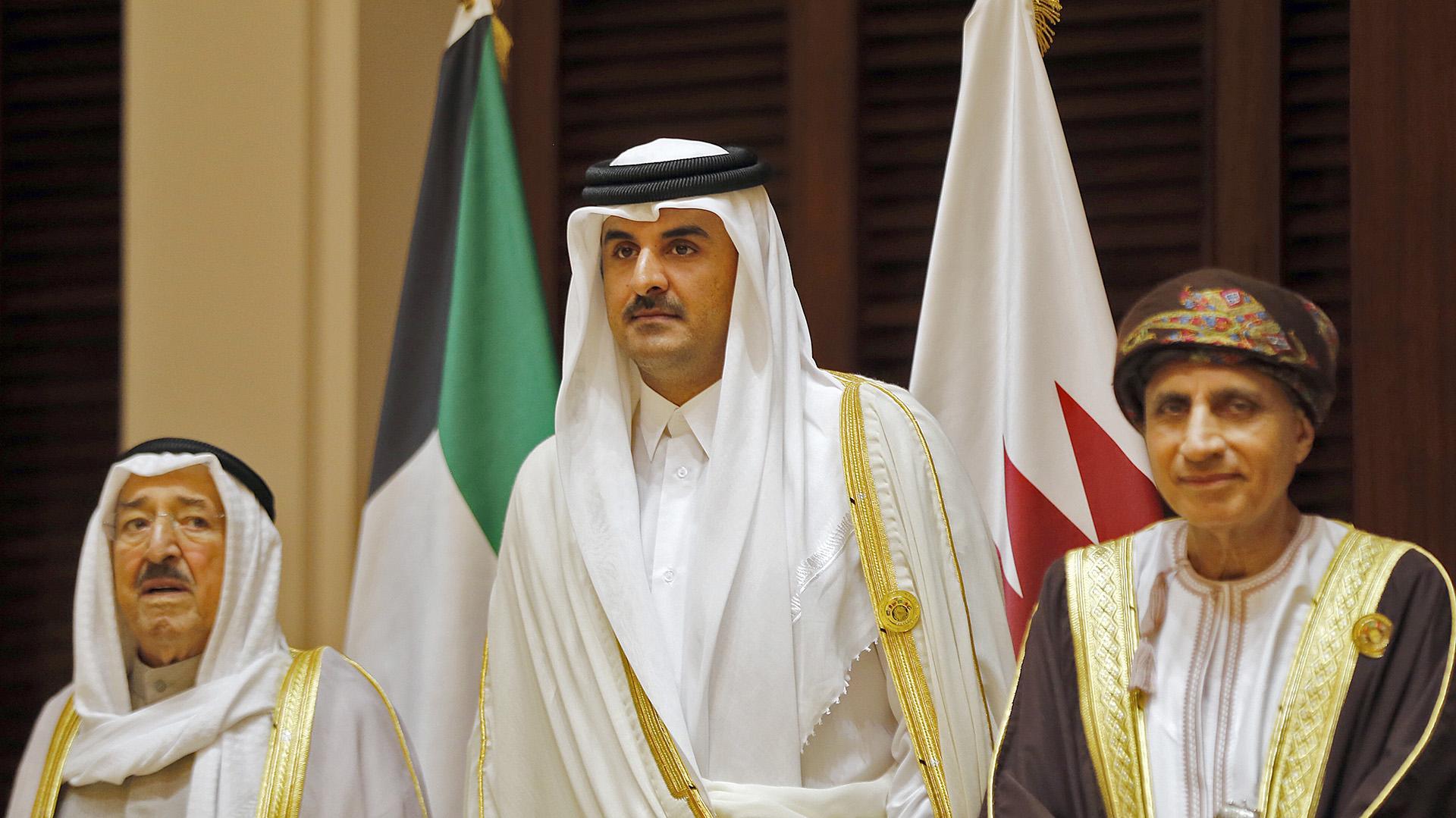 El emir de Qatar, Tanim bin Hamad al Thani, rodeado por el emir de Kuwait –a su derecha–, Sabah al Ahmad al Jaber al Sabah, y el ministro de Exteriores de Omán –a su izquierda–, Yusuf bin Alawi, durante una reunión del CCG. Omán y Kuwait no se sumaron al bloqueo de Qatar (AFP)