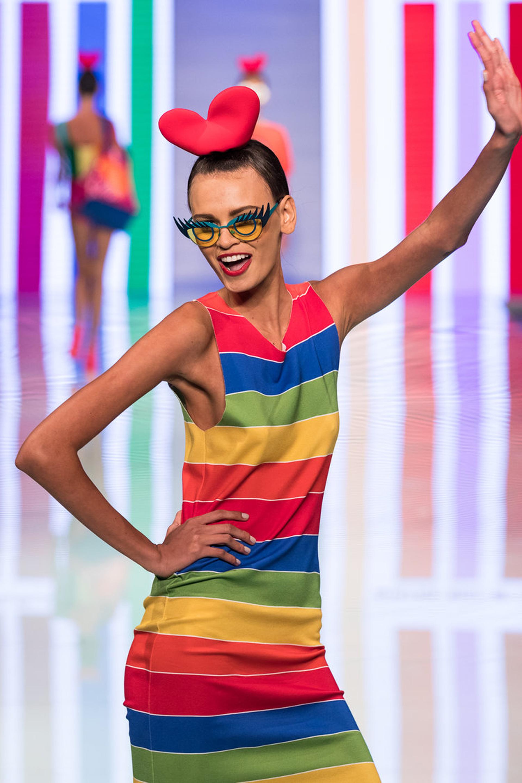 Vestido multicolor midi sin mangas. Detalle de los anteojos vintage de la modelo con extra de pestañas