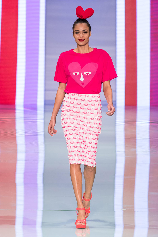 Total pink. Remera estampada y falda pencil