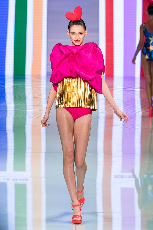 Efecto balloon. En fucsia y con una maxi faja en dorado, un traje de baño extravagante con diseño 3D