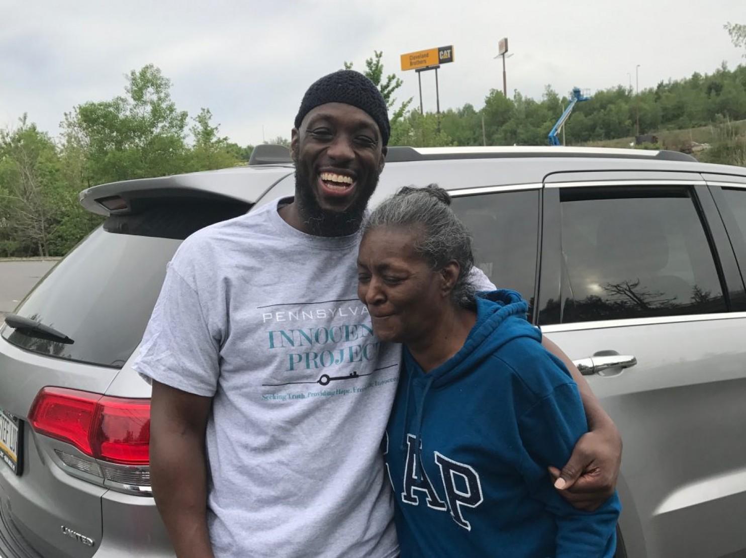 Shaurn Thomas junto a su madre, Hazeline Thomas, luego de su salida de la prisión en Frackville, Filadelfia, después de 24 años en prisión por un crimen que no cometió