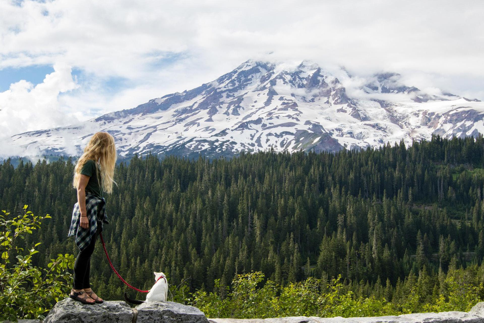 El gato junto a sus dueños. Ya recorrió 50 de 59 parques nacionales, incluyendo siete de Alaska (adventurecats)