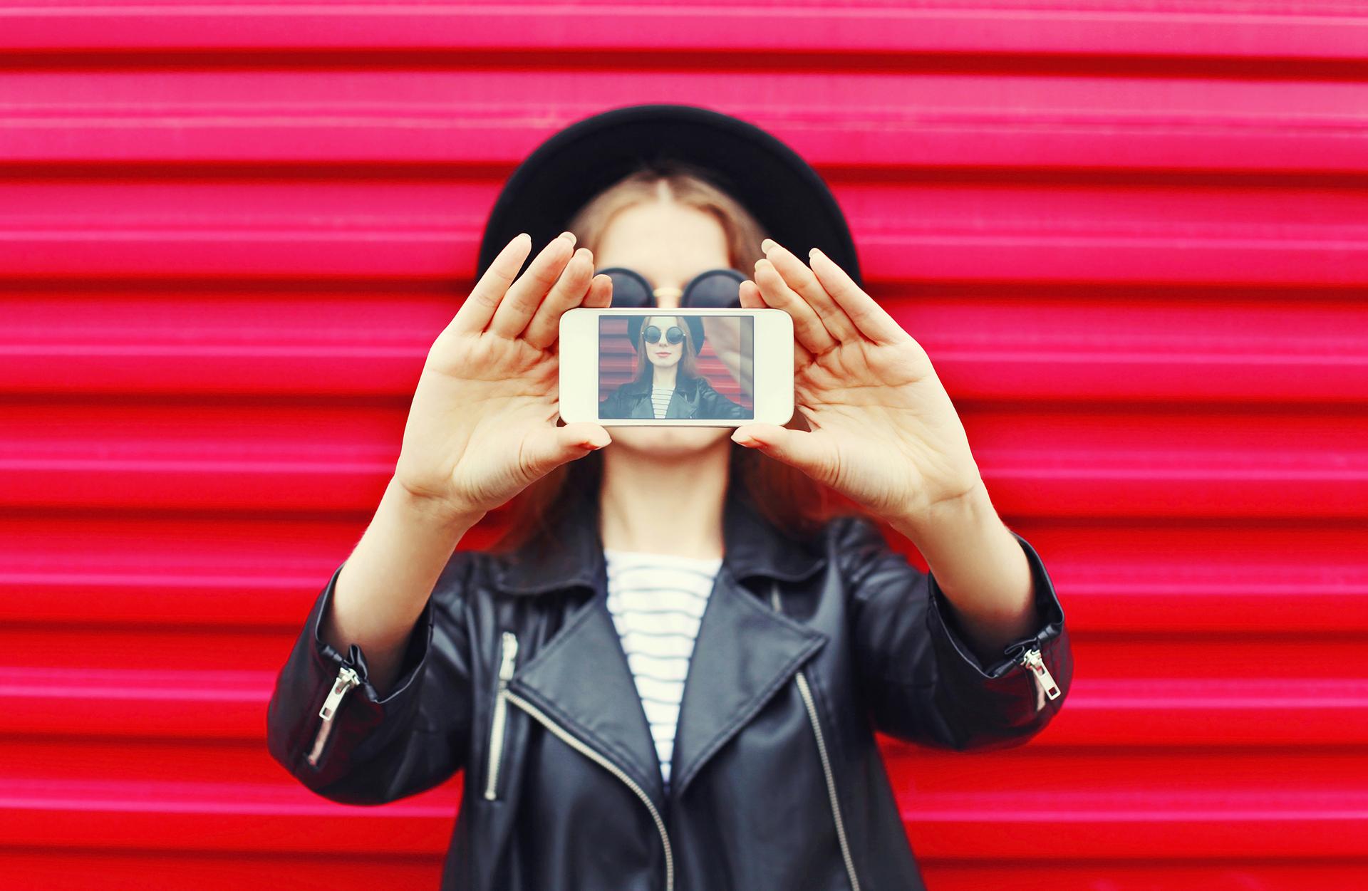Los amantes de las selfies también deberán tener en cuenta las especificaciones de la cámara frontal y si tiene, por ejemplo, un gran angular para hacer fotos grupales más amplias, donde nadie quede afeura