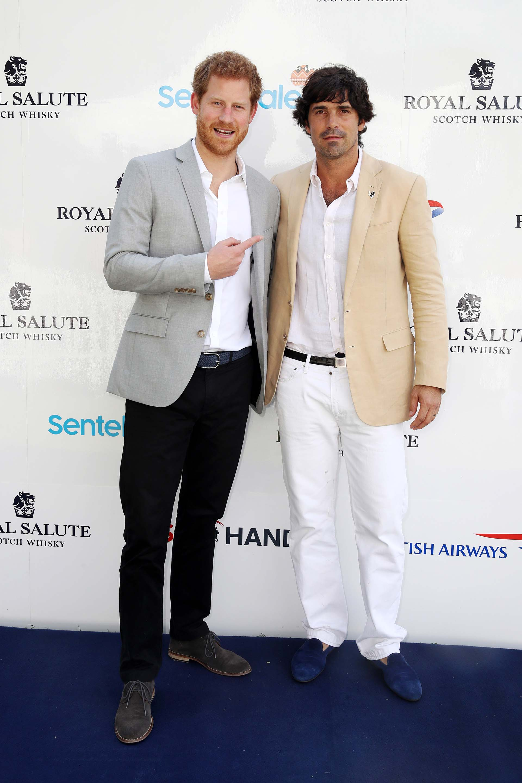 Grandes amigos: el príncipe Harry posa junto al polista argentino Nacho Figueras, quien participó del partido organizado en Singapur