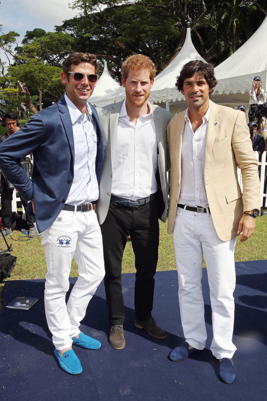 El príncipe británico y el polista argentino son grandes amigos y comparten la pasión por el polo. En la foto, posan junto a Malcolm Borwick