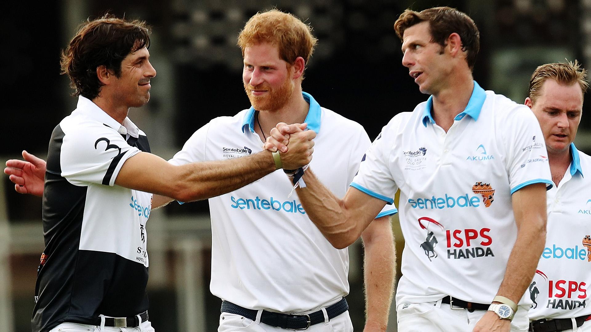 El saludo entre Nacho Figueras, el príncipe Harry y Malcolm Borwick