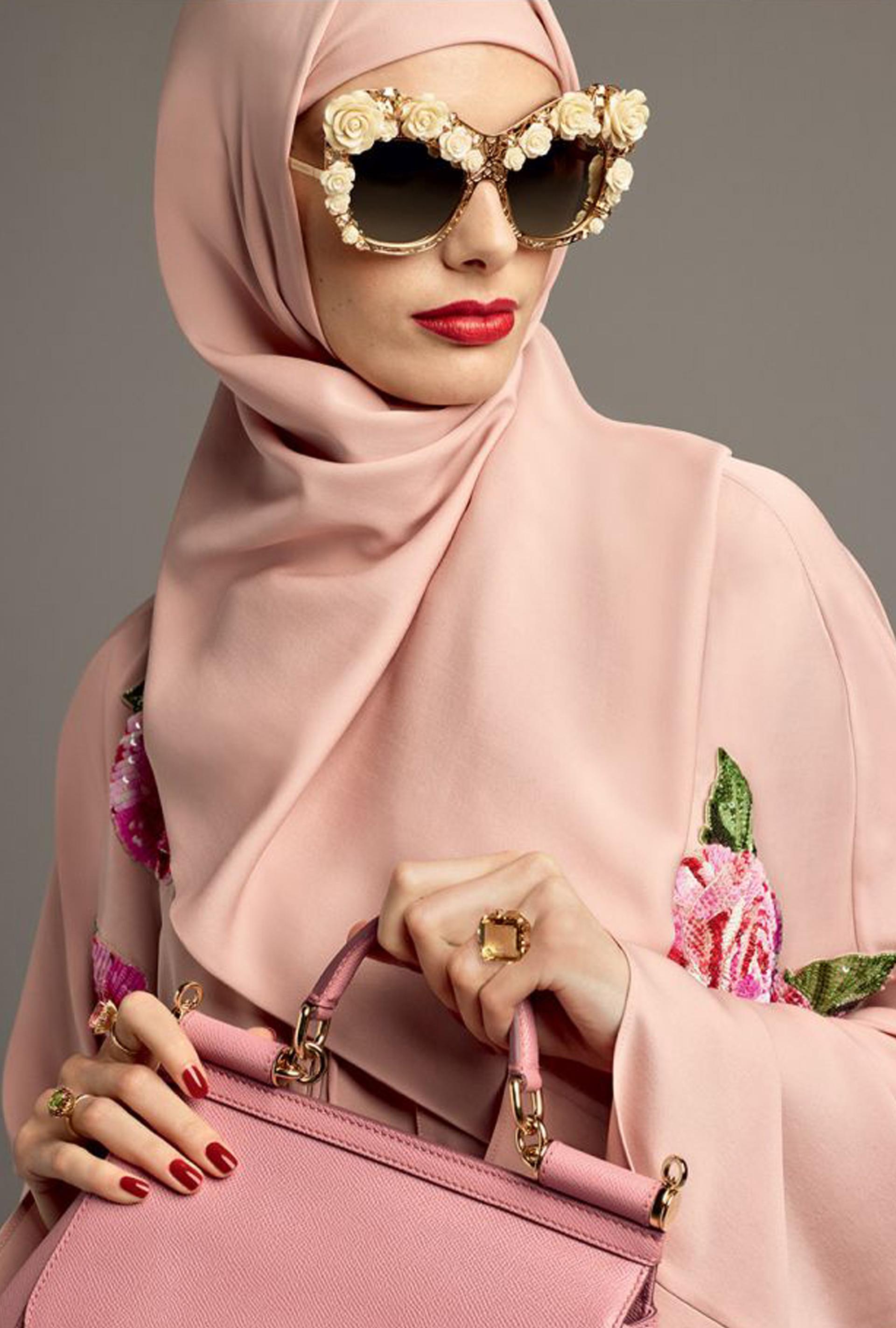 967f9a0fe0 Característico de la marca, la línea eyewear con anteojos XL y apliques de  flores.