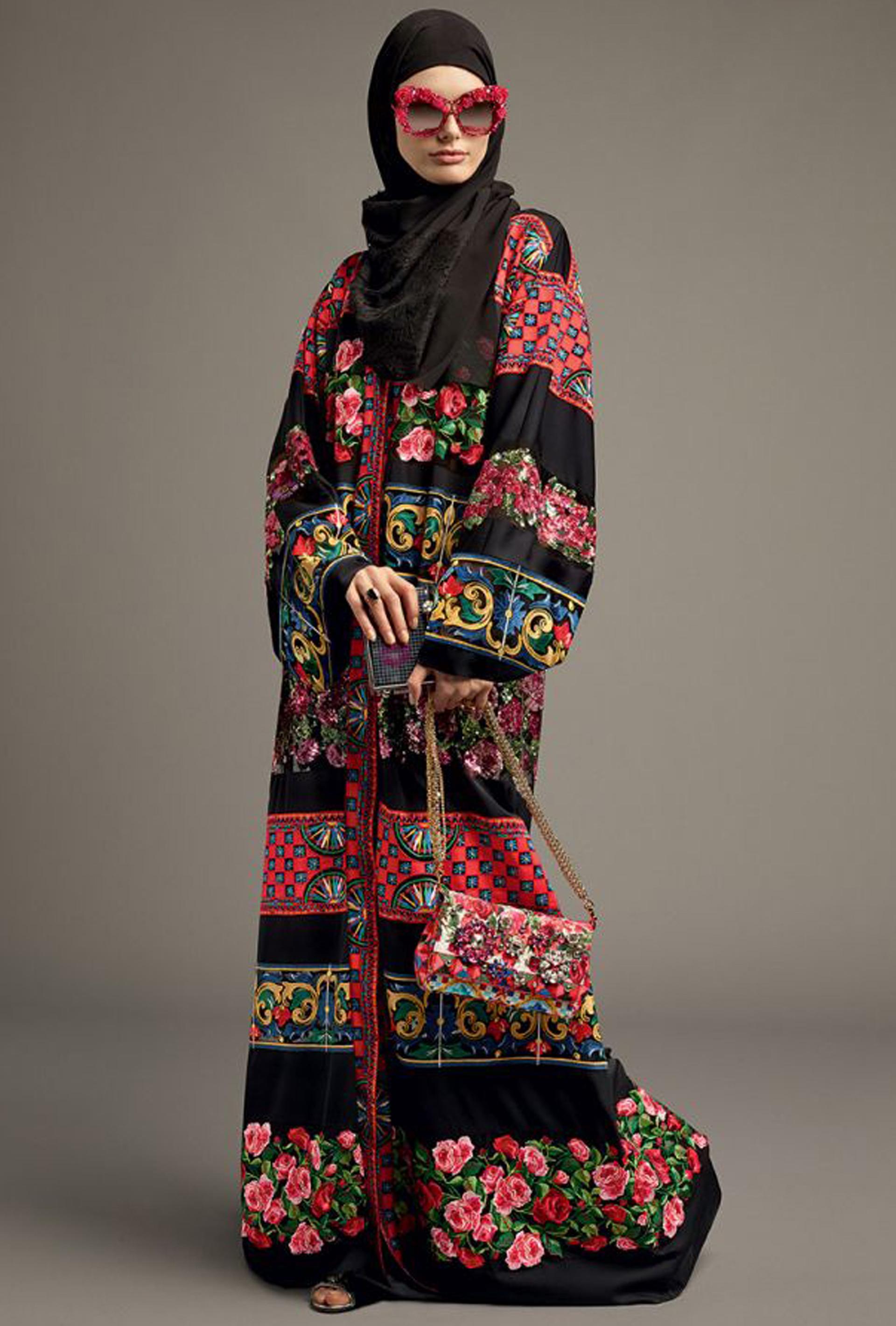 9ebbce6457 Mix de estampado de flores, barroco y óptico con hijab en encaje y los  anteojos