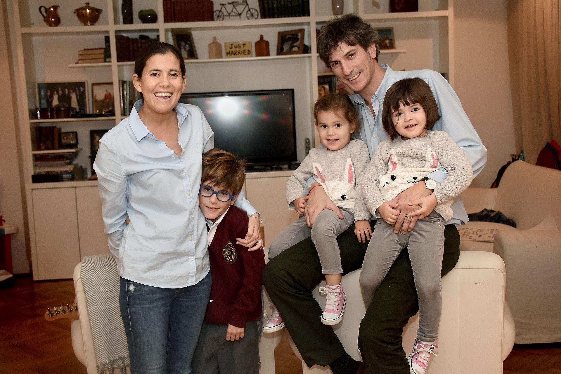 """(Nicolás Stulberg) Jerónimo tiene 7 años y las mellizas Juana y Olivia están por cumplir 3. Los tres embriones fueron concebidos a la vez, por eso son """"trillizos de distinta edad""""."""