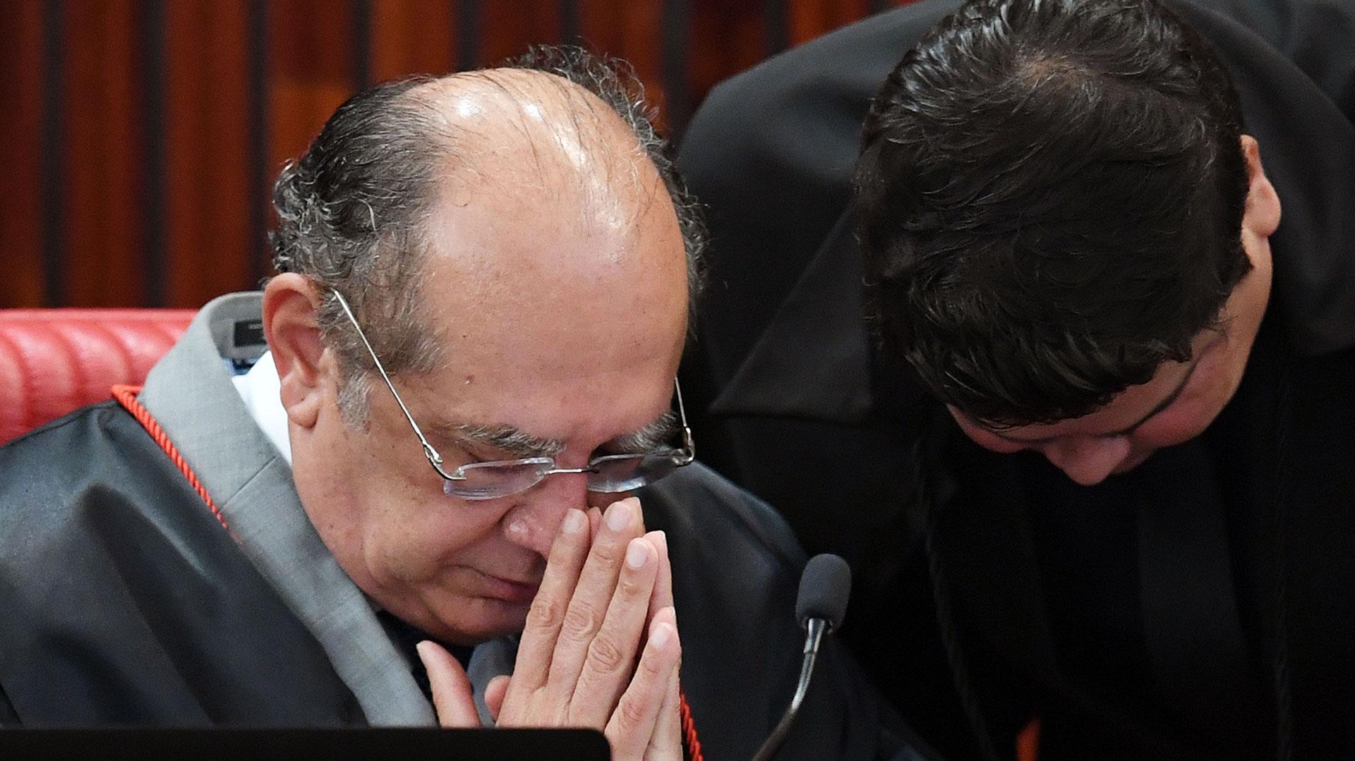 Gilmar Mendes (izquierda), presidente del TSE (AFP)