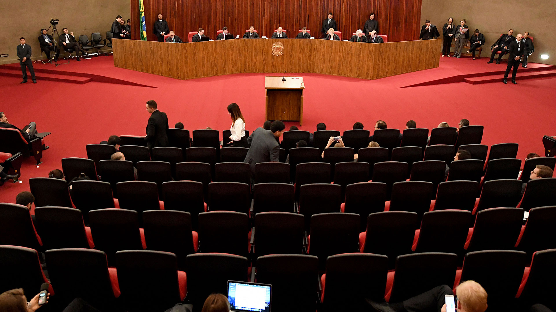 El TSE juzga si la campaña cometió abusos de poder político y económico y se benefició de financiación ilegal procedente del megafraude a Petrobras (AFP)