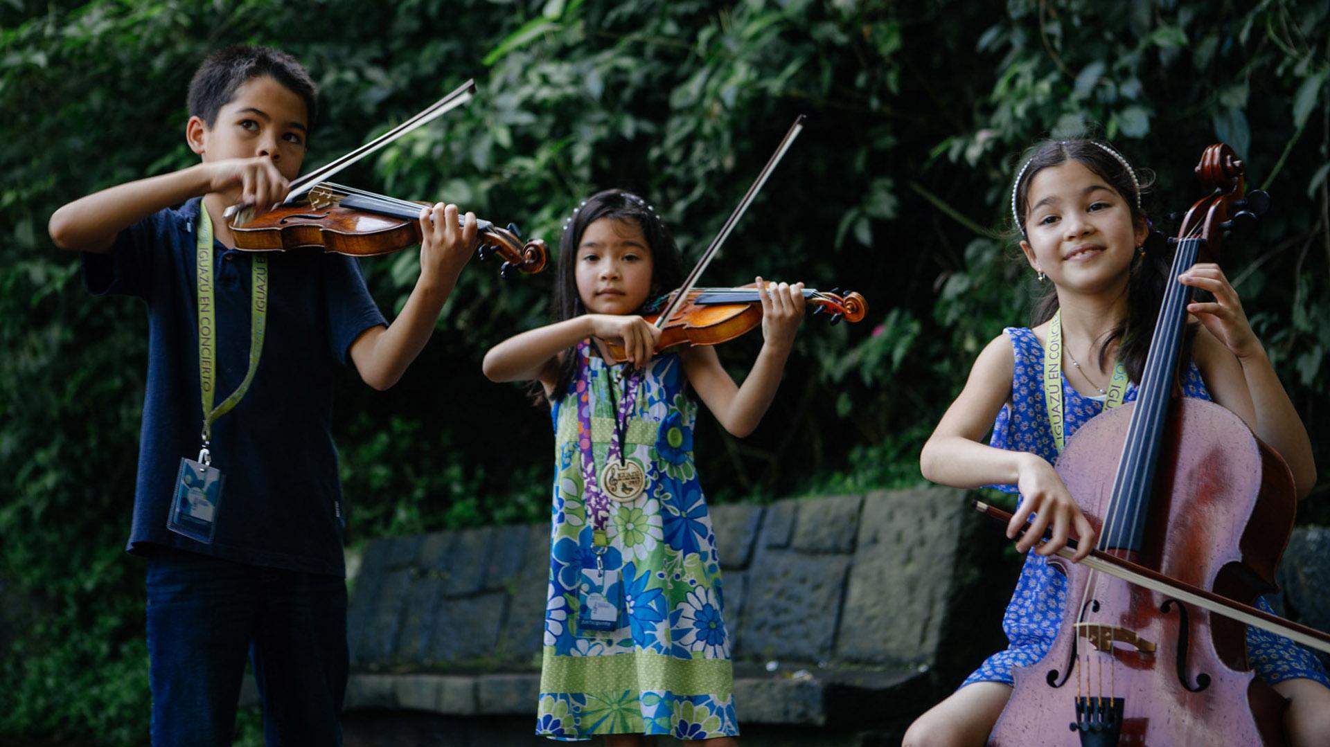 Los tres hermanos estadounidenses componen la banda The Little Stars String Trio (Sofía Schiavoni)