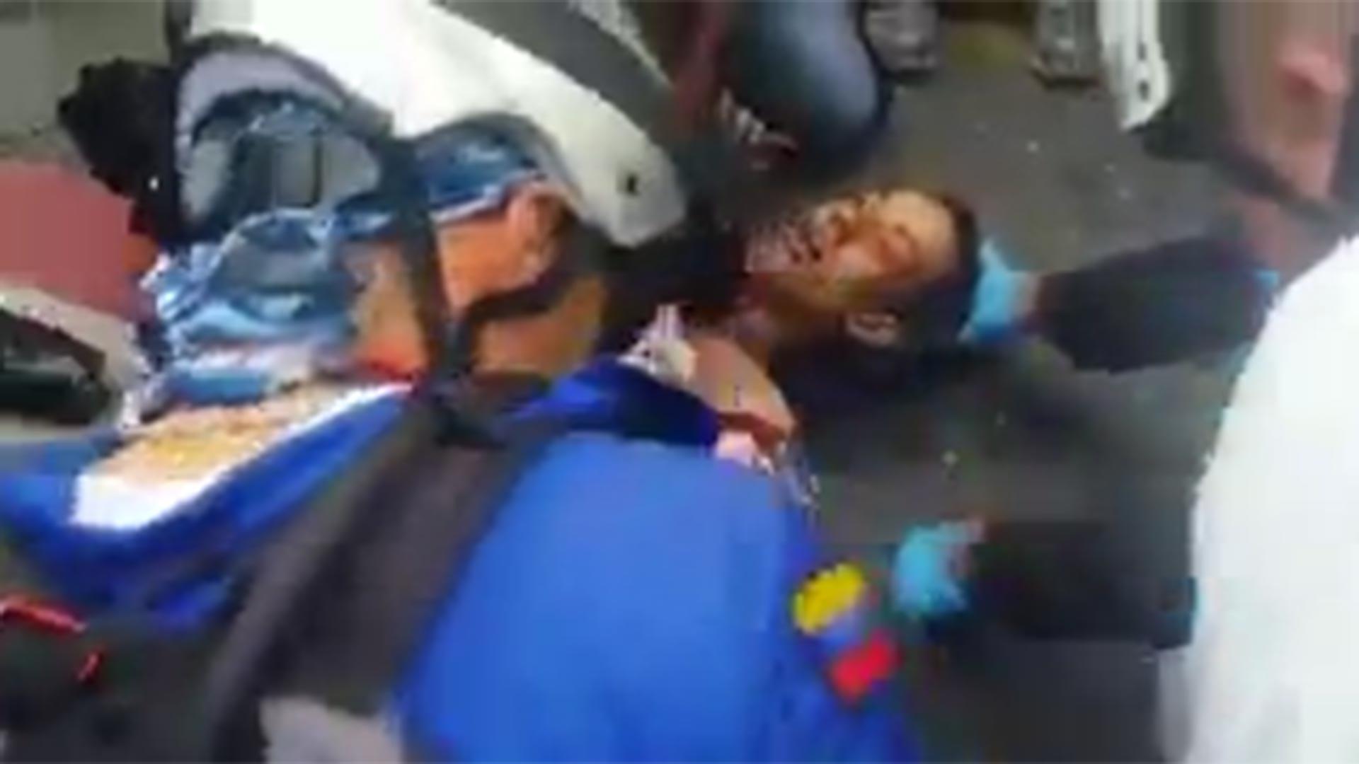 El momento en que los paramédicos tratan de reanimar a Neomar Lander