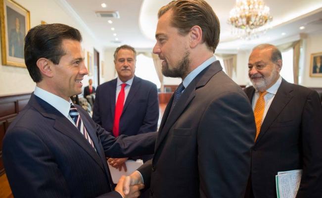 Peña Nieto y DiCaprio en un apretón de manos ante la mirada del magnate Carlos Slim (AP)